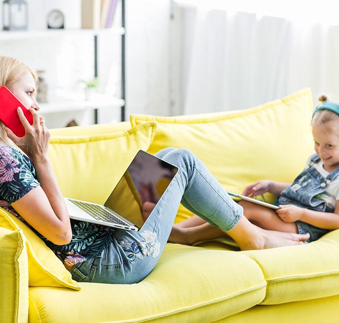 مادر و دختر با استفاده از جعبه تلویزیون Nordisk